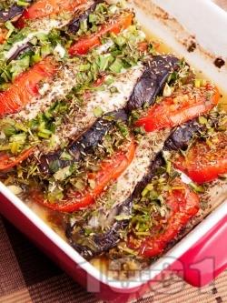 Печени пилешки гърди / филе с патладжани, домати пресен зелен лук и подправки (босилек, розмарин, магданоз) на фурна под фолио - снимка на рецептата